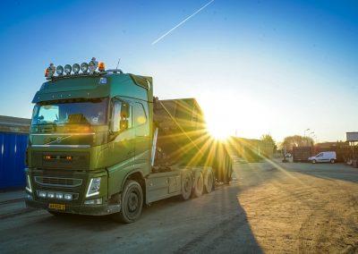 Volvo Regelink schroothandel met ochtendzon
