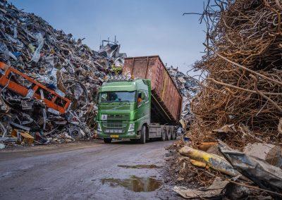 Vrachtwagen tussen bergen schroot